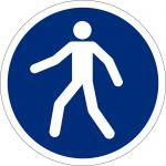 Fussgängerweg benutzen, selbstklebend, DIN A4 Bogen mit 20 Stk., Kunststofffolie selbstklebend, Gebotszeichen ISO 7010, Ø 50mm